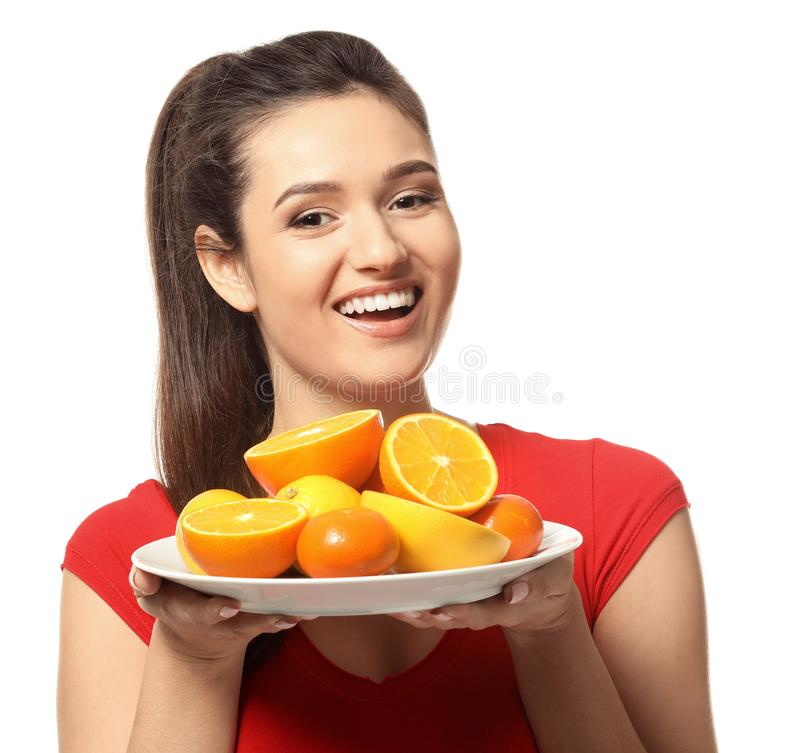Jovem mulher bonita com placa completamente das citrinas no fundo branco imagens de stock