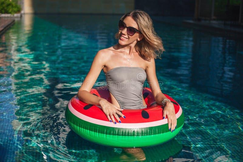 jovem mulher bonita com posição inflável do anel foto de stock