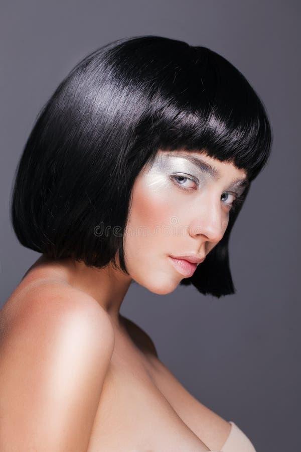 Jovem mulher bonita com prata de brilho da moda fotos de stock royalty free