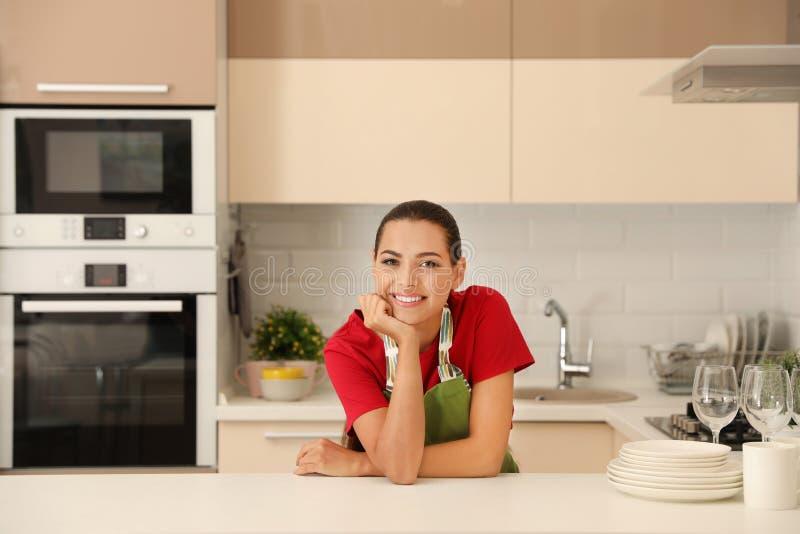 Jovem mulher bonita com pratos limpos imagens de stock royalty free