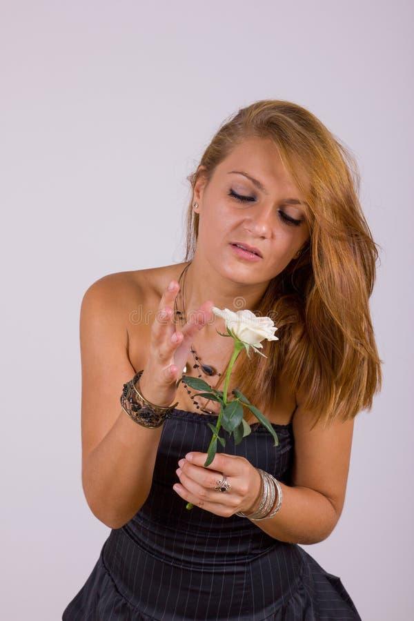 Jovem mulher bonita com rosa do branco fotografia de stock