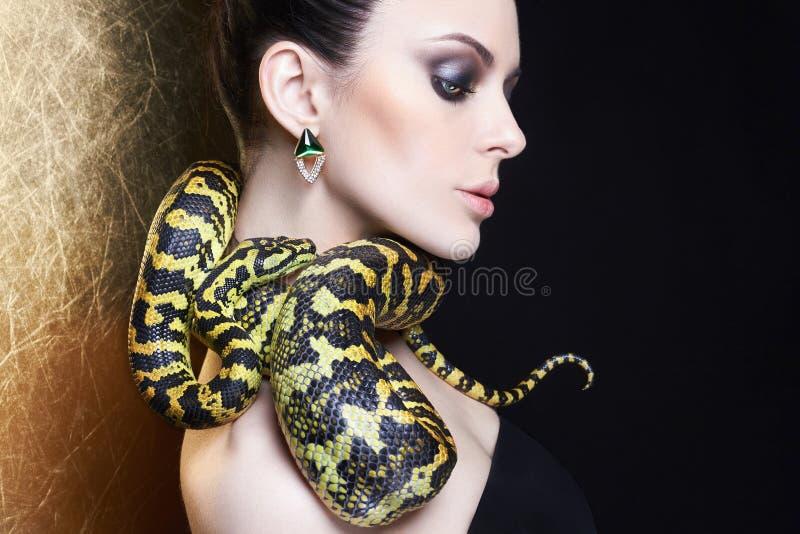 Jovem mulher bonita com serpente fotografia de stock royalty free