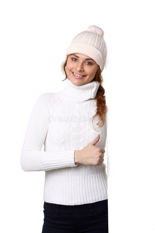 Jovem mulher bonita com sinal vazio vazio branco do quadro de avisos foto de stock royalty free