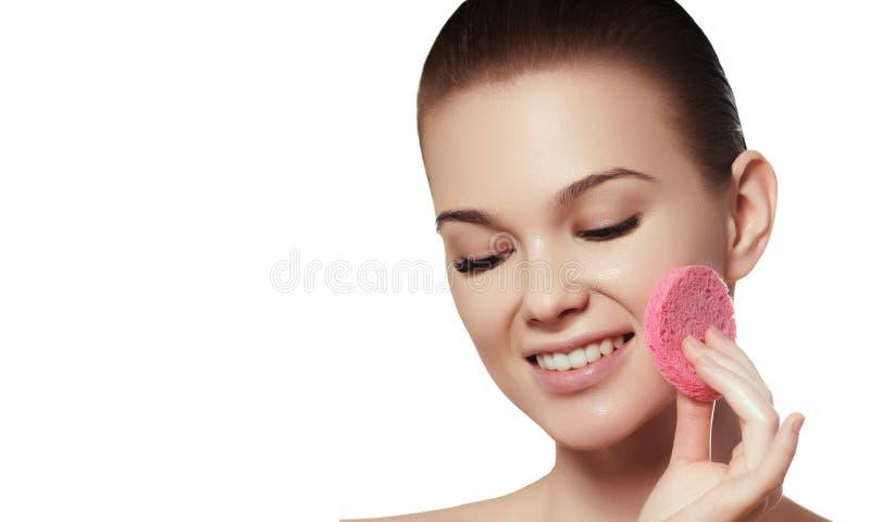 A jovem mulher bonita com toque fresco limpo da pele possui a cara Tratamento facial imagem de stock royalty free