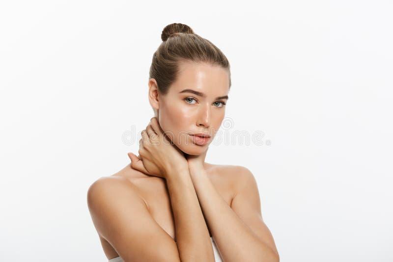 A jovem mulher bonita com toque fresco limpo da pele possui a cara Tratamento facial Cosmetologia, beleza e termas Isolado imagem de stock