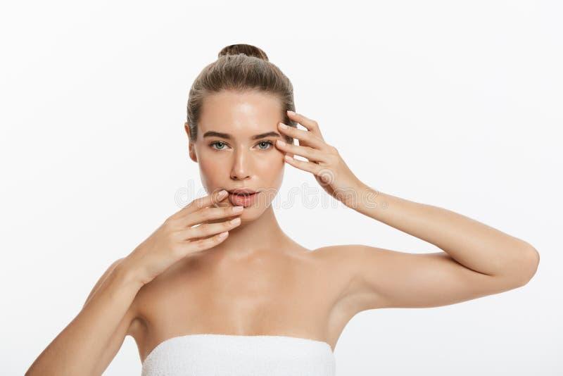 A jovem mulher bonita com toque fresco limpo da pele possui a cara Tratamento facial Cosmetologia, beleza e termas Isolado fotografia de stock royalty free
