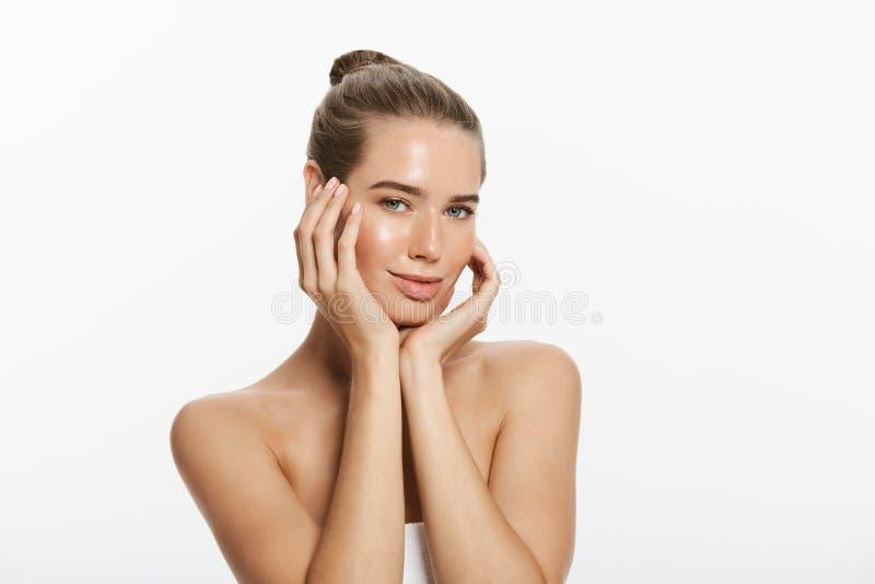 A jovem mulher bonita com toque fresco limpo da pele possui a cara Tratamento facial Cosmetologia, beleza e termas Isolado fotos de stock