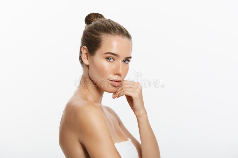 A jovem mulher bonita com toque fresco limpo da pele possui a cara Tratamento facial Cosmetologia, beleza e termas Isolado fotografia de stock
