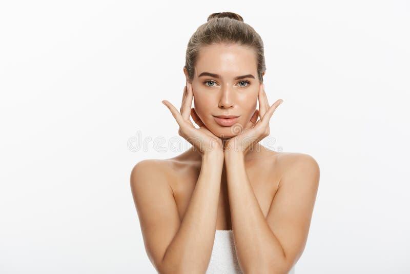 A jovem mulher bonita com toque fresco limpo da pele possui a cara Tratamento facial Cosmetologia, beleza e termas Isolado imagens de stock