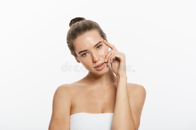 A jovem mulher bonita com toque fresco limpo da pele possui a cara Tratamento facial Cosmetologia, beleza e termas Isolado foto de stock royalty free