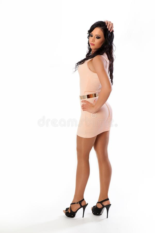 Jovem mulher bonita com um cabelo escuro longo Mulher de Attractiv isolada em um fundo branco imagens de stock royalty free