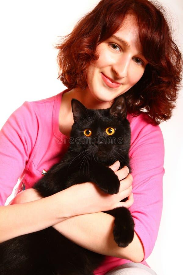Jovem mulher bonita com um gato britânico no backg branco imagem de stock