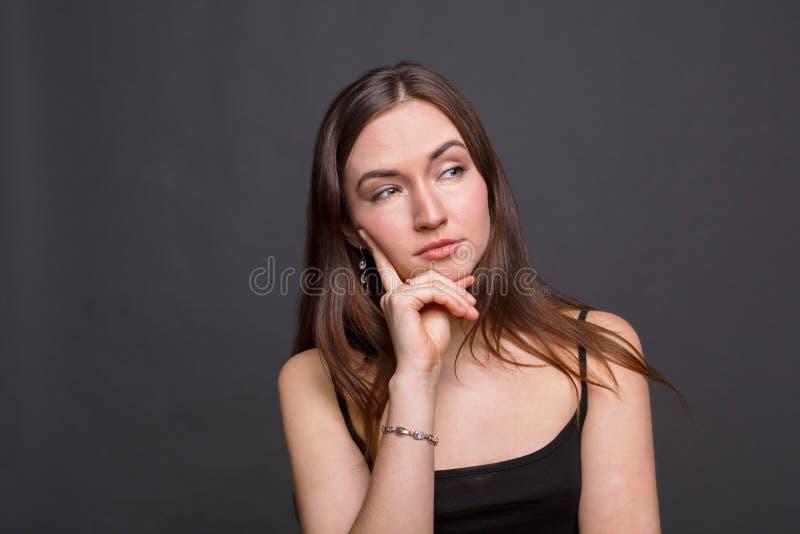 Jovem mulher bonita com um retrato manhoso do olhar fotografia de stock