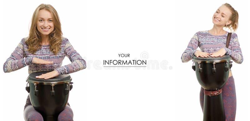 Jovem mulher bonita com um teste padrão ajustado do djembe do cilindro foto de stock royalty free