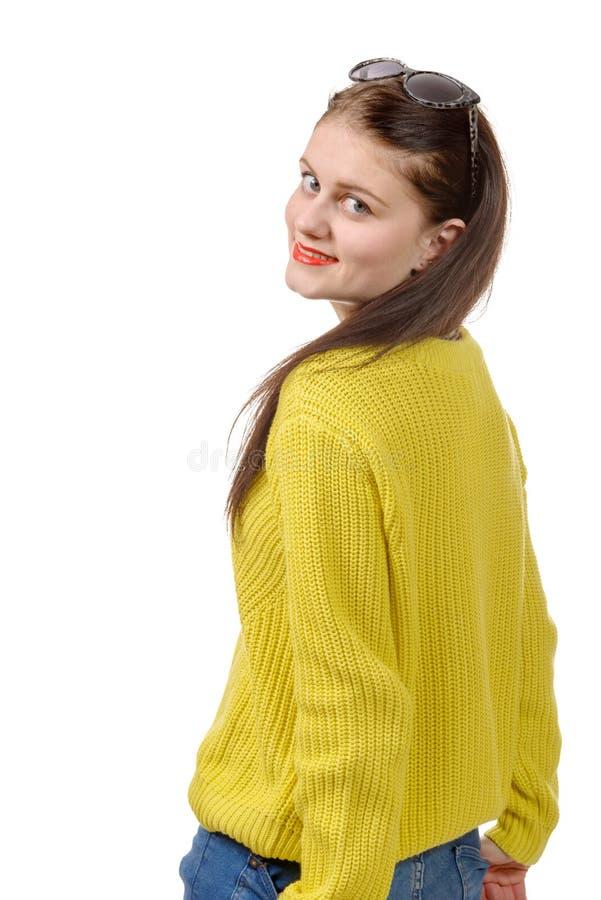 Download Jovem Mulher Bonita Com Uma Camiseta Amarela No Fundo Branco Imagem de Stock - Imagem de atrativo, cute: 65575055