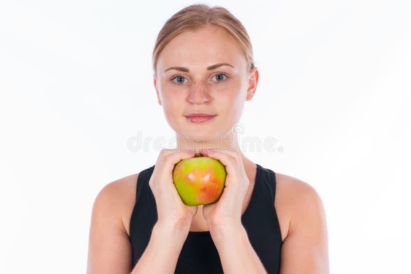 Jovem mulher bonita com uma maçã verde em sua mão foto de stock royalty free