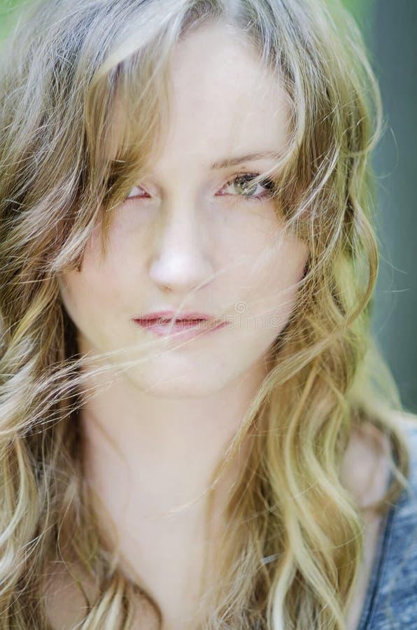 Jovem mulher bonita com vento no cabelo imagem de stock royalty free