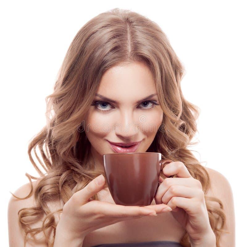 Jovem mulher bonita com a xícara de café, isolada imagens de stock