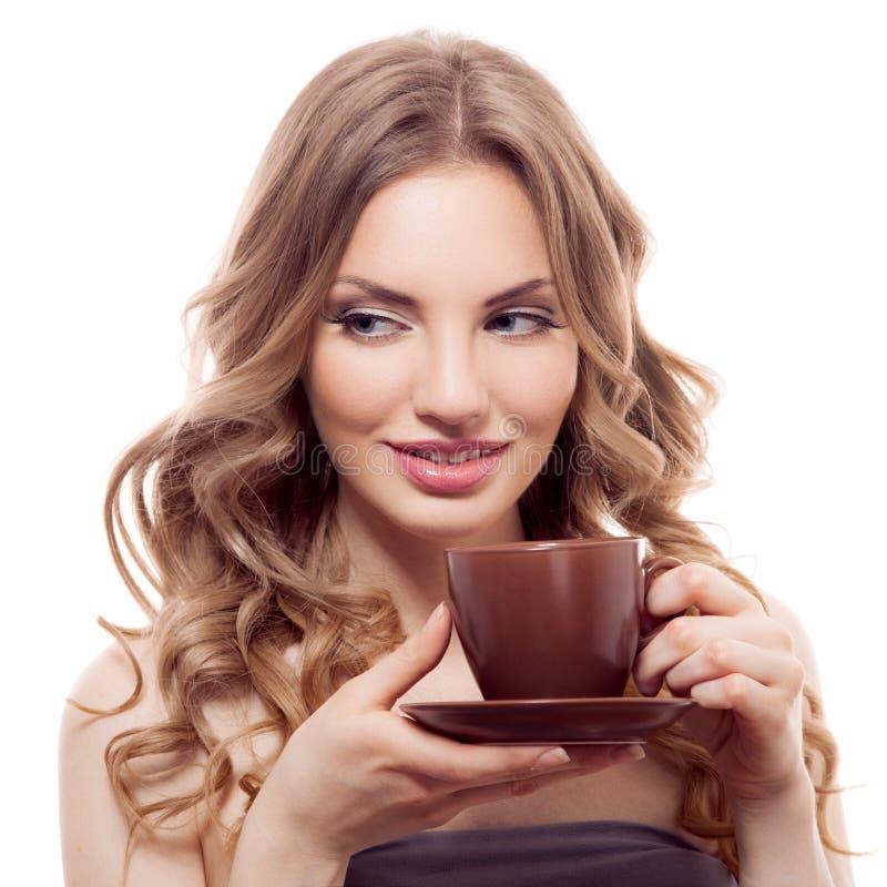 Jovem mulher bonita com a xícara de café, isolada imagens de stock royalty free