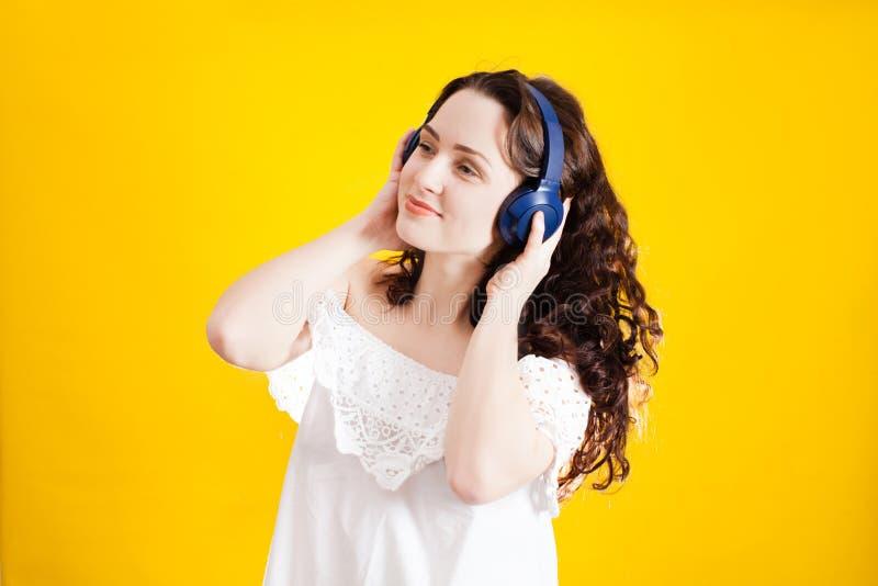 Jovem mulher bonita da dança que escuta a música fotografia de stock royalty free
