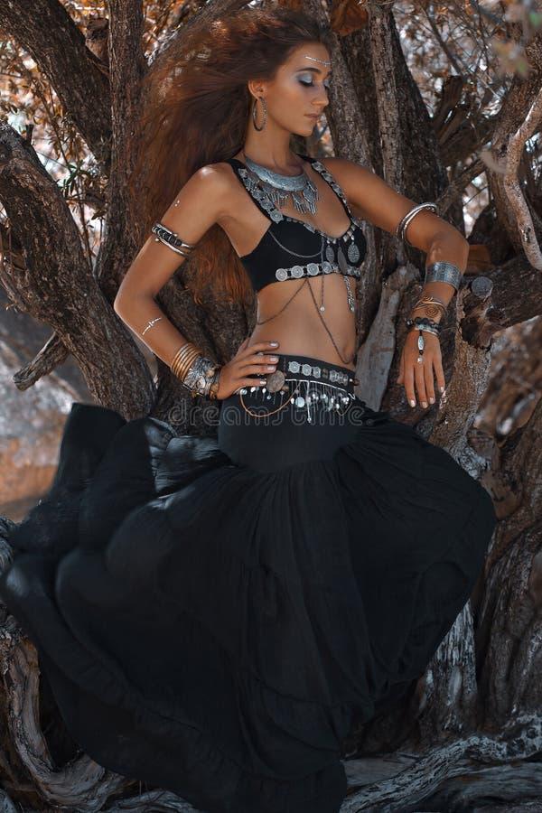 Jovem mulher bonita da fusão tribal oriental do dançarino de barriga da princesa foto de stock royalty free