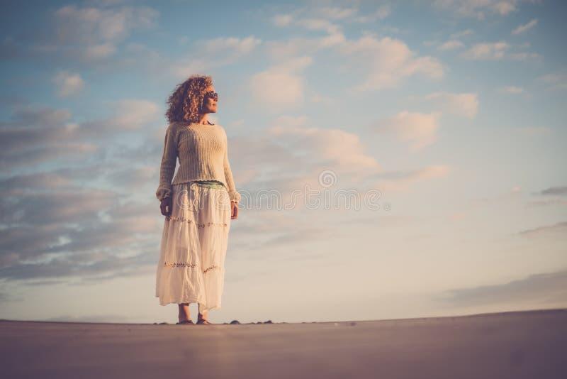 A jovem mulher bonita da Idade Média 40 anos velha aprecia o sol em sua cara e em seu corpo conceito da atividade de lazer das fé fotografia de stock royalty free