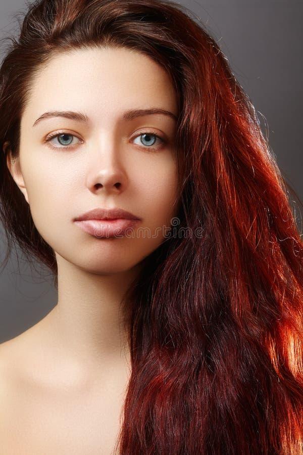 A jovem mulher bonita do gengibre com penteado luxuoso e a forma anotam a composição Modelo 'sexy' do close up da beleza com cabe fotos de stock royalty free