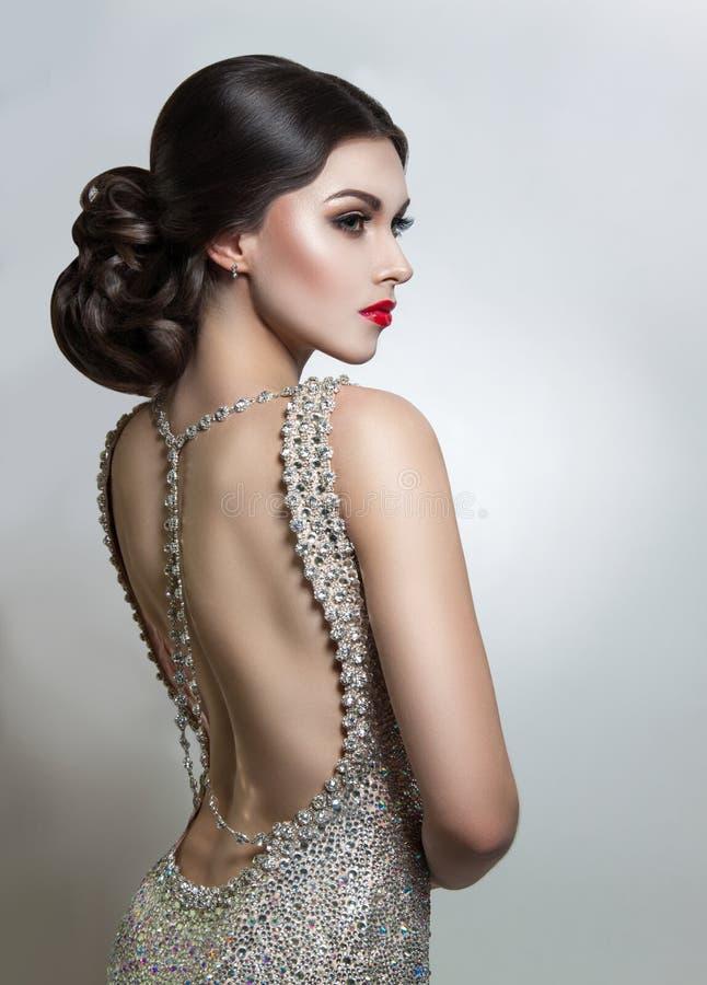Jovem mulher bonita do retrato em um cristal do vestido de noite Beleza perfeita, bordos vermelhos, composição brilhante fotografia de stock royalty free