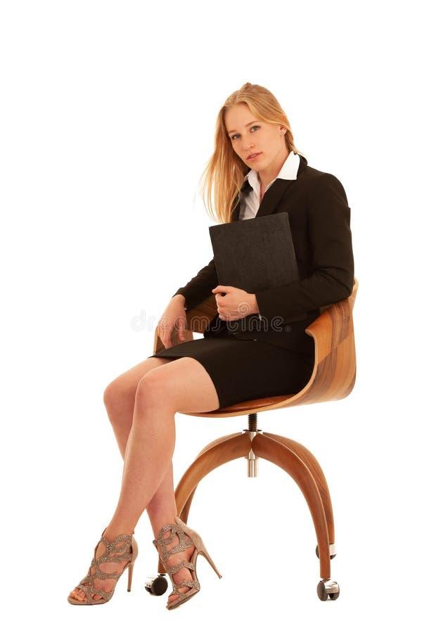 A jovem mulher bonita do retrato incorporado senta-se no iso do chait do escritório fotografia de stock