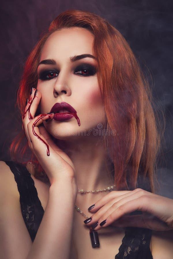 Jovem mulher bonita do vampiro fotos de stock