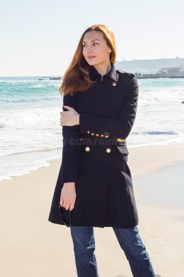 Jovem mulher bonita e do estilo do ruivo no beira-mar imagens de stock royalty free