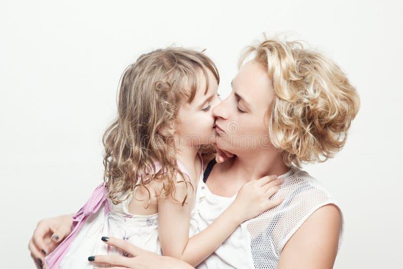 Jovem mulher bonita e sua filha pequena encantador fotos de stock