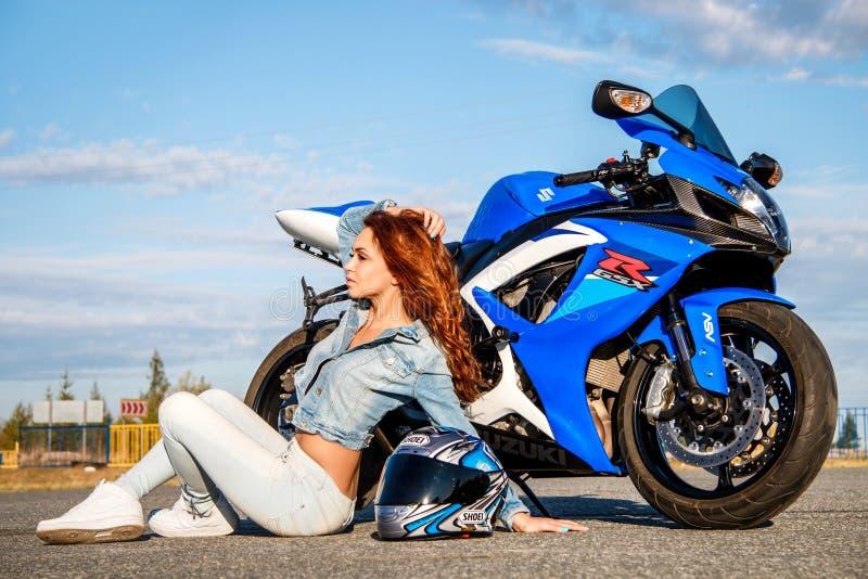 Jovem mulher bonita e Suzuki GSX-R750 imagem de stock