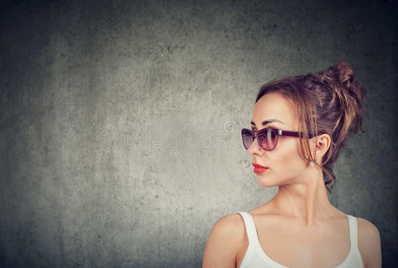 Jovem mulher bonita em óculos de sol modernos imagem de stock