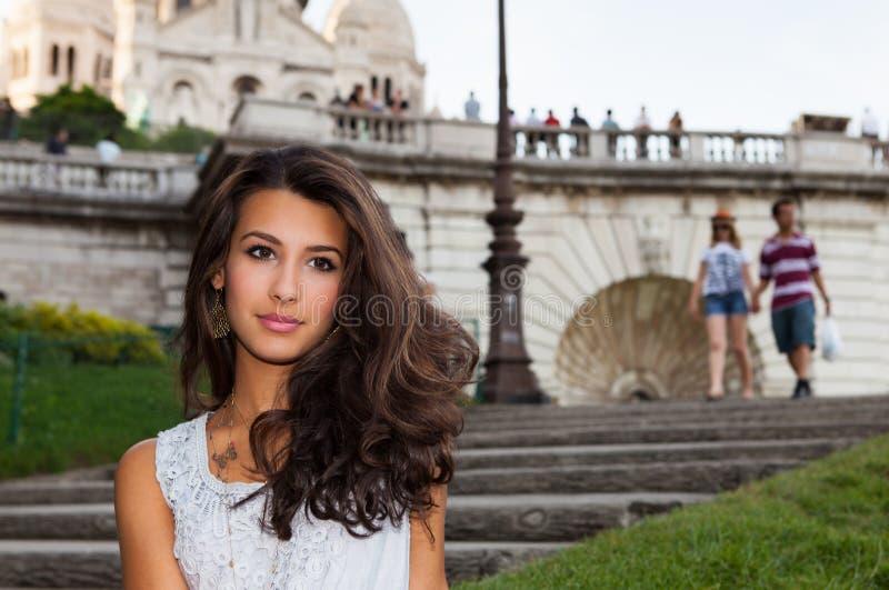 Jovem mulher bonita em Paris fotos de stock