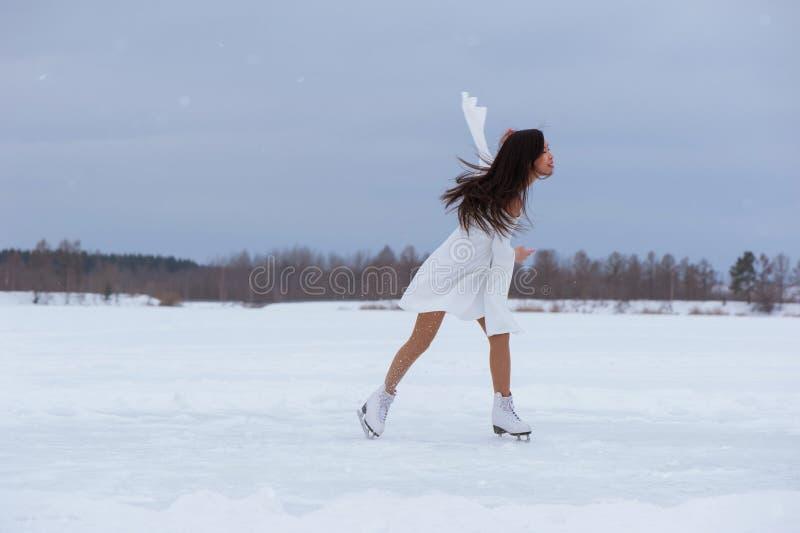 Jovem mulher bonita em patins fotografia de stock