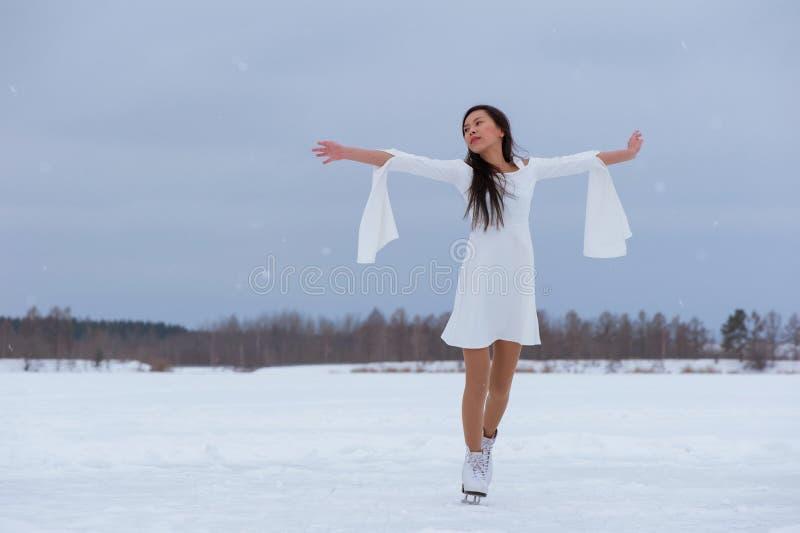 Jovem mulher bonita em patins imagens de stock