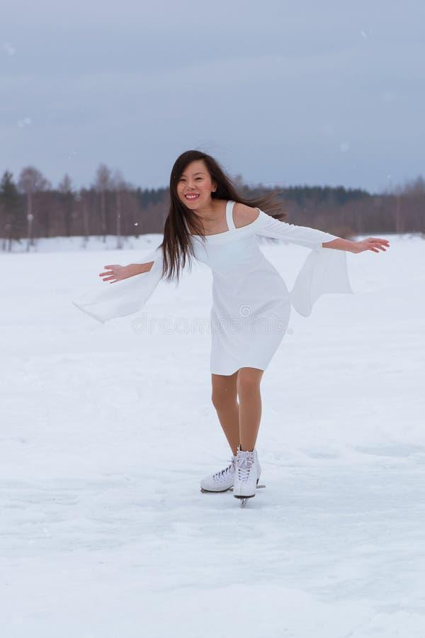 Jovem mulher bonita em patins foto de stock royalty free