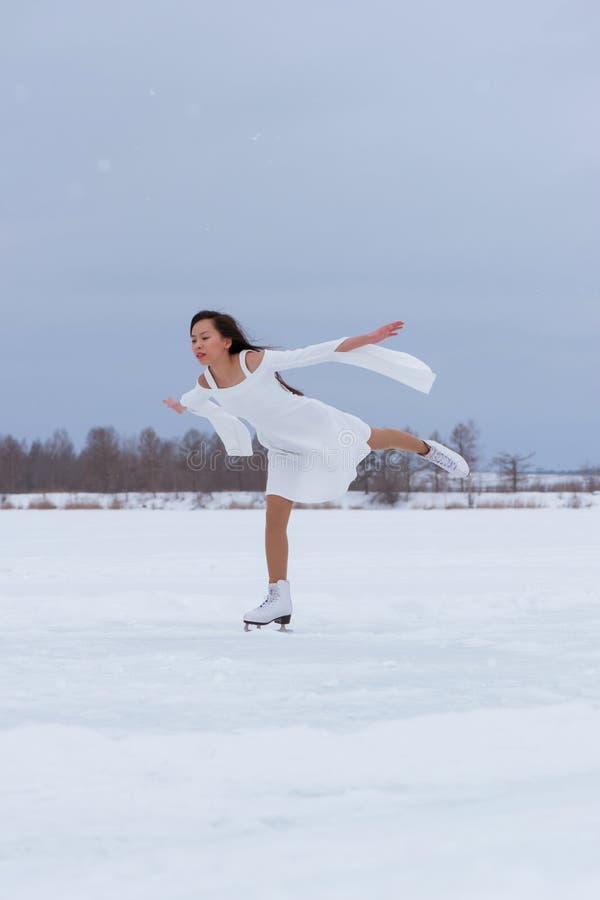 Jovem mulher bonita em patins fotos de stock