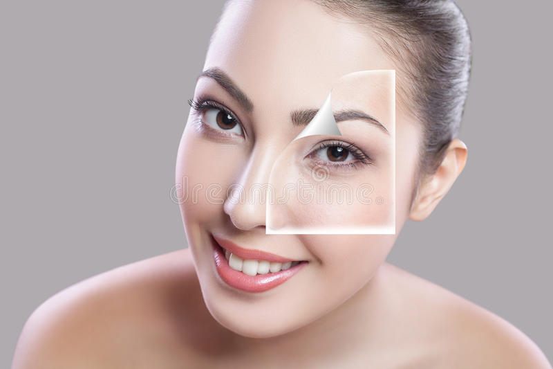 Jovem mulher bonita em um fundo cinzento, conceito da beleza retocar antes e depois a cara e o olho dividiram-se em duas porções, foto de stock