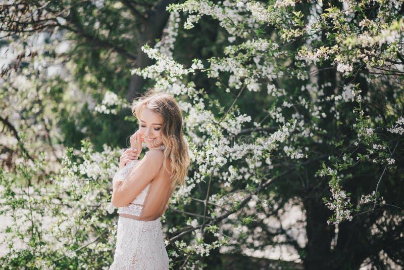 Jovem mulher bonita em um vestido romântico branco imagem de stock