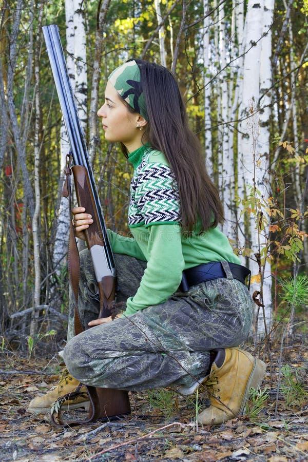 Jovem mulher bonita em uma caça fotografia de stock