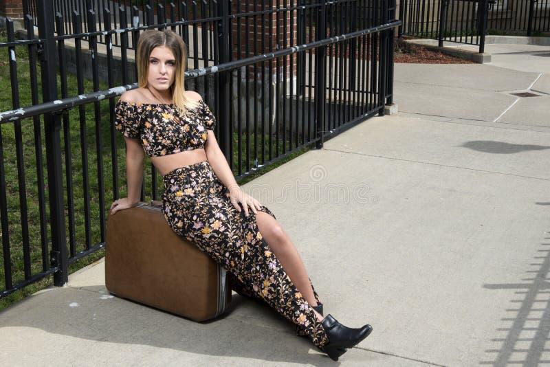 Jovem mulher bonita em uma parte superior shoulderless e em uma saia longa imagem de stock