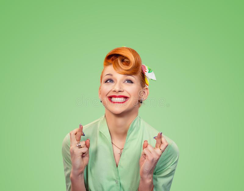 Jovem mulher bonita esperançosa que cruza seus dedos foto de stock royalty free