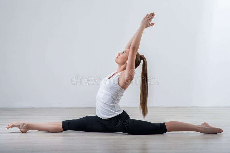A jovem mulher bonita está fazendo o exercício foto de stock royalty free