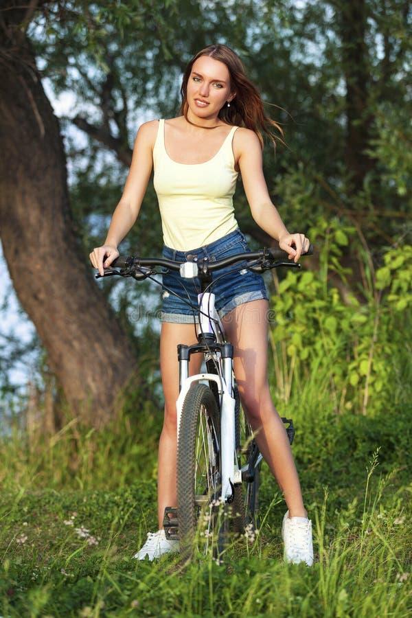 Jovem mulher bonita feliz com bicicleta foto de stock royalty free