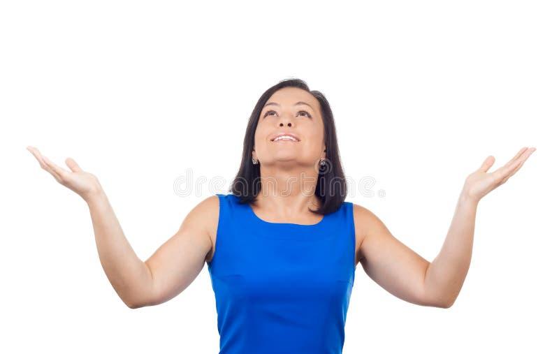 Jovem mulher bonita feliz de sorriso que olha acima com braços Outstre fotografia de stock royalty free