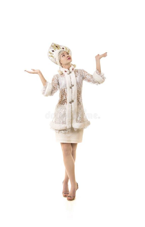 Jovem mulher bonita, feliz, emocional vestida como o sorriso de Santa Claus Carnaval Natal-novo do ano foto de stock royalty free