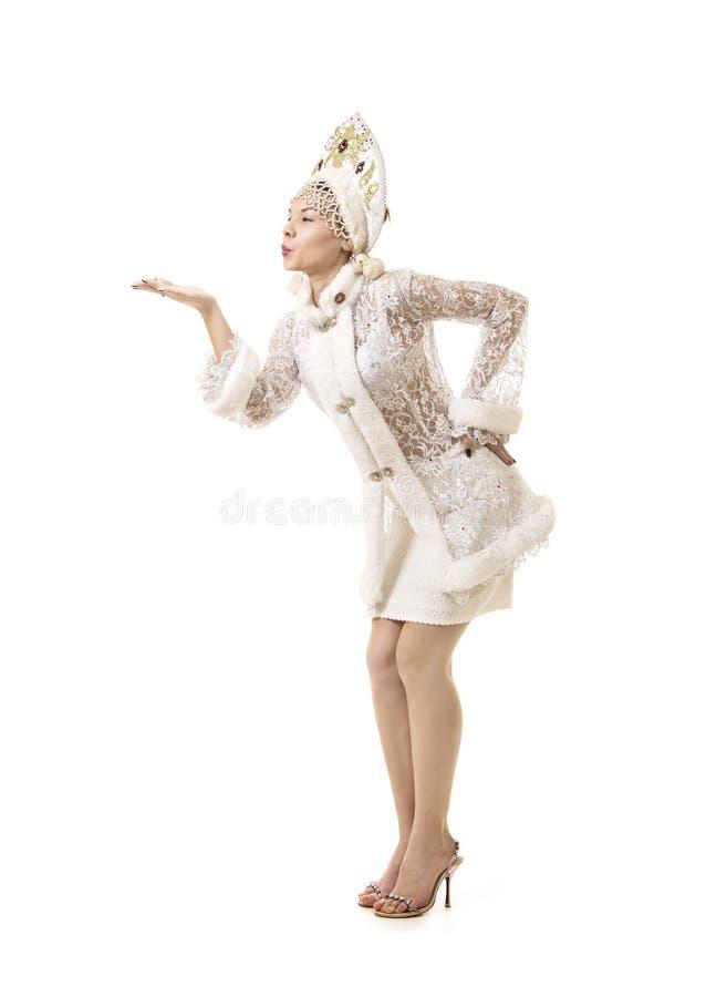 Jovem mulher bonita, feliz, emocional vestida como o sorriso de Santa Claus Carnaval Natal-novo do ano imagem de stock