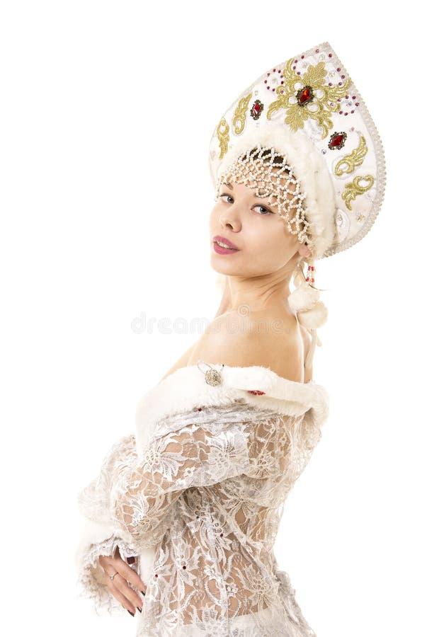 Jovem mulher bonita, feliz, emocional vestida como o sorriso de Santa Claus Carnaval Natal-novo do ano fotos de stock royalty free